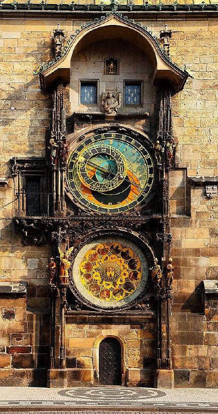 Alte Uhr Kirche mit Tierkreis